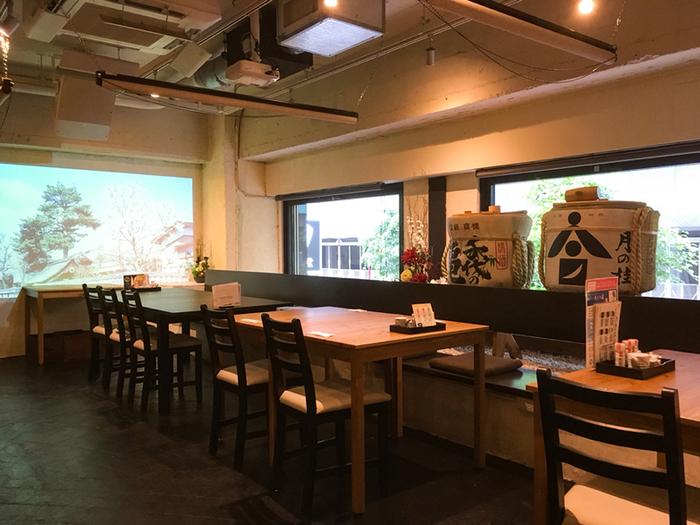 創業300年以上の歴史ある蔵元の日本酒・醤油・酒粕など、糀を使った商品を一堂に集めたカフェ「悠久乃蔵(ゆうきゅうのくら)」は、銀座4丁目の交差点から5分ぐらい歩いたところにあるビルに入っています。落ち着いた雰囲気が大人の街、銀座にしっくりとなじみます。