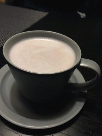 寒い日におすすめなのが「八海山甘酒ラテ 小豆エスプーマ」。名酒「八海山」が手がけるすっきり上品な甘酒で作るラテは、小豆の甘味も加わり、コクのある味わいです。すっきりした後味はクセになる美味しさ。