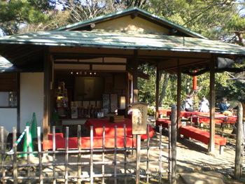 徳川五代将軍・徳川綱吉の側用人だった柳沢吉保が、自らの下屋敷として造営した六義園。駒込駅から歩いて10分ほどのところにある広大な庭園です。庭園を1周すると約1時間。ゆっくりと散策したらお茶屋で休憩しませんか?