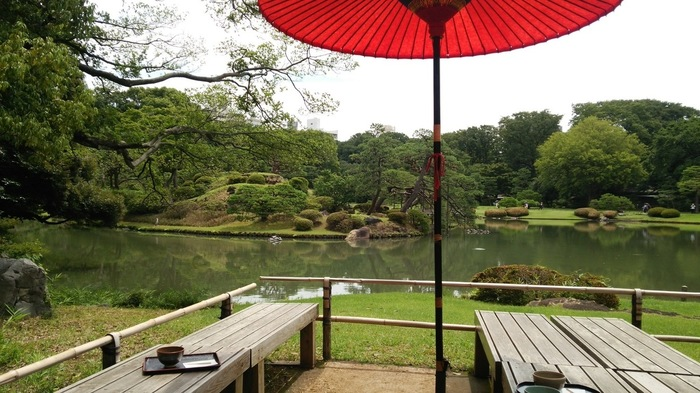 六義園にはいくつか茶屋がありますが、池のほとりの「吹上茶屋」は、眺めが最高。手入れされた緑を見ながらの一服は、都心にいることを忘れてしまいそうなほど。