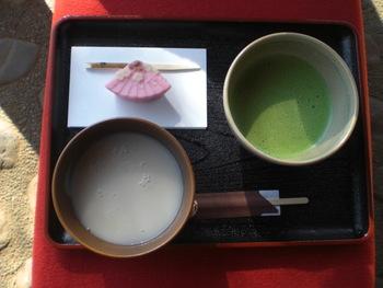 こちらでは、抹茶と甘酒、季節の上生菓子がおすすめです。ほろ苦い抹茶とやさしい甘酒を両方味わえるのは贅沢ですね。ちょっとお上品な気分に浸れそう。