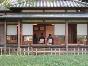 """園内には茶室も。""""江戸の2大庭園""""と呼ばれる六義園は、しっとりと時間が流れていく静かな場所です。四季と歴史を感じに出かけてみては?"""