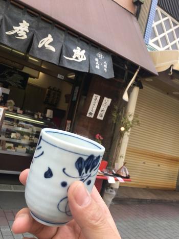 その場でいただく場合は、湯飲みに注いでもらえます。お店の前には、湯飲みを片手に談笑するお客さんの姿があちこちに。ぽかぽかと温まったあとは、下町散策を楽しみましょう。