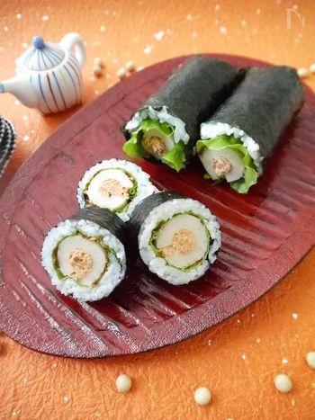 ちくわを開いて鮭フレークを詰め、それを芯にして巻く手軽なお寿司。ひらひらとはみ出すサラダ菜も可愛いですね。