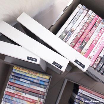 DVDやCDを収納するのにバンカーズボックスを使用。深さがちょうど良く、たっぷり収納できます。
