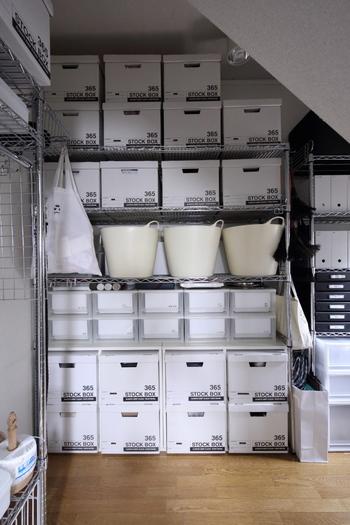 ワイヤーラックの収納コーナーも、白で揃えれば統一感が生まれスッキリ見えますね。