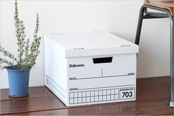 「バンカーズボックス」とは、もともとは銀行で使う大量の書類を保存するために作られました。段ボールとは思えないくらい頑丈で、アメリカの企業では現在も普通に使われているとか。