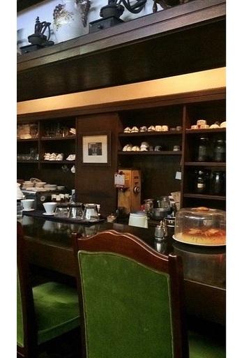 木の家具調度は正統派の喫茶店そのもの。
