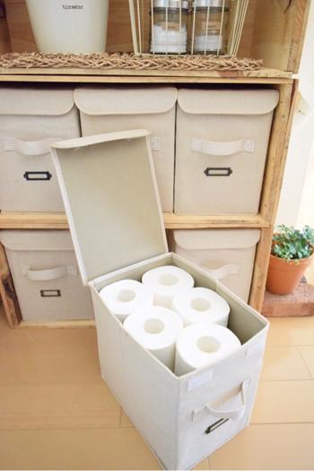 トイレットペーパーがちょうど10個入る大きさ。生活感のあるものを隠すのに布ボックスは大活躍です。