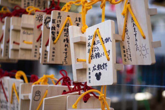 """下駄の形がめずらしい絵馬は、日本で唯一「お天気の神様」がまつられている気象神社のもの。旅行や催し、結婚式などの""""イベントの晴天""""のお願い以外に、気象予報士の合格祈願をする方も多いのだとか。"""