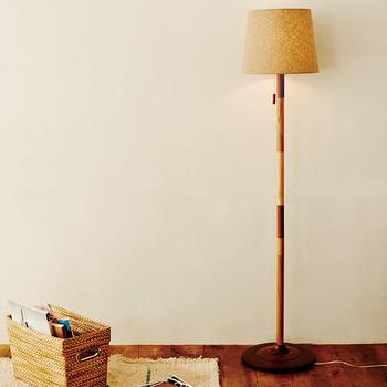 くつろぎ感のあるソファーやチェア周りには背丈のあるスタンド式のフロアランプがおすすめ。壁のそばに置かれた照明は壁に反射して、優しくあたりを照らしてくれます。