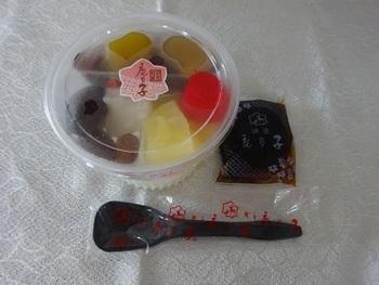 鹿乃子のあんみつも2段重ねのカップに入っていて、自分で下の段の寒天にのせるスタイル。蜜は黒蜜か白蜜を選べます。