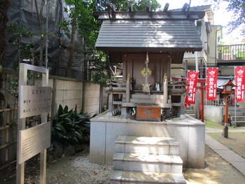 """社殿は「神明造り(しんめいづくり)」とよばれる最古の神社建築様式。てるてる坊主もいいけれど、""""大切なイベント""""はお天気の神様にお願いしたくなりますね。"""
