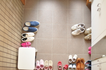 家の顔である玄関は物がたまりがちですが、物は捨てずにどうにか収納して玄関を綺麗にしたいですよね。今回は、気軽にはじめられる無印良品の優秀アイテムを使った、玄関周りの掃除道具や小物までの整理整頓の方法をご紹介致します。