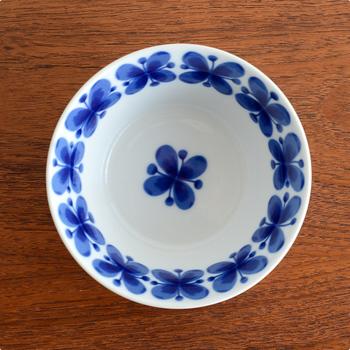 器の底にも、美しい花模様が。ポタージュなどの濃厚なスープを入れれば、スープを飲み終えるときにその一輪の花が目を楽しませてくれます。大人っぽさとかわいらしさを兼ね備えたデザインですね。