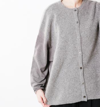 サイドと袖はハイゲージニットで切り替えられているので、こんな風にボタンを全部留めて一枚で着ても他と差のつくオシャレなコーディネートに。シックな色合いで全身をまとめると、リラックスしながらも上品にまとまりますよ。