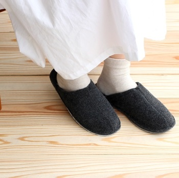 新幹線や飛行機での長時間の移動。靴を履きっぱなしだと疲れたり蒸れたりと、ストレスがたまりますよね。そんなときは、シンプルなスリッパに履きかえてみては?リラックス度がぐっと高まりますよ♪  こちらは、ユニセックスな雰囲気がオシャレなフェルトのスリッパ。持ち運びしやすいシンプルなデザインになっています。包まれるような心地よい履き心地もうれしい◎。