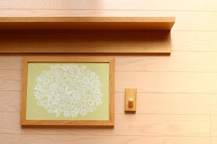こちらの《壁に付けられる家具・フック》は、ちょっとかけておきたいものがひとつある時に便利。石膏ボードの壁に気軽に取り付けられるだけでなく、耐荷重は2kgとしっかりした作りです。服や帽子はもちろん、掃除道具やグリーンを吊るすなど様々な使い方で楽しめます。