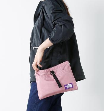 シンプルで使いやすいショルダーバッグ。マチ幅のないフラットなデザインですが、長財布・手帳・携帯電話・ポーチなど必要なものはきちんと入るので旅行先でのサブバッグとして大活躍。もちろん、普段使い用としてもおすすめです。