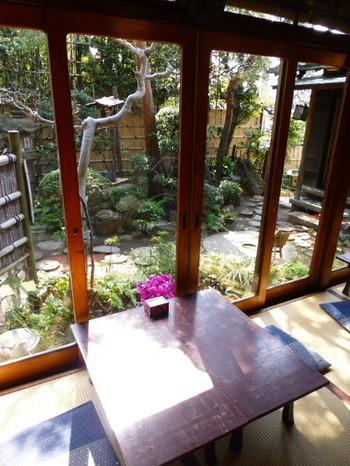 冬の陽射しの温もり感じる窓際は、人気の席。庭には飾り井戸や白臼を切り出した飛び石が並んでいます。都心とは思えないゆったりとした空間に時を忘れそう。