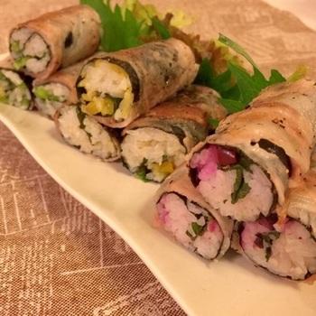 こちらは、海苔の代わりにお肉で巻いたお寿司。ひとくち目からジューシーな味わいが楽しめる食べ応え満点の巻き寿司。お新香や野沢菜、しば漬けの3種の漬物を使うことで、濃厚ながらもさっぱりとした後味の巻き寿司になります。