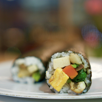 穴子や高野豆腐など7種の具材を使った昔ながらの恵方巻き。穴子は、もう一度焼くと香ばしくなります。まるかぶり寿司は、ご飯の量を少なめにするのがいいそうです。