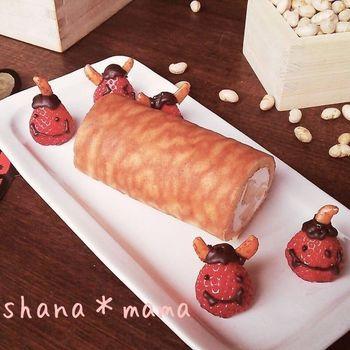 卵1個とホットケーキミックスを使って、卵焼き器で簡単に作れるスイーツロール。クッキングシートを敷いて焼くと、自然に虎柄になるとか。添えた苺の鬼は、柿の種を角にしています。