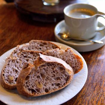 今回はそんなパン屋激戦区「神戸」で、買ったパンをその場で味わえる《イートイン可能》なパン屋さんをご紹介します。  神戸での買い物や観光で疲れて、小腹がすいた時に立ち寄れば、体も心も幸せ気分で満たされるはず◎。暖かい屋内で休めるので、「寒い日に楽しめる食べ歩き」としてお店を巡るのもおすすめです♪