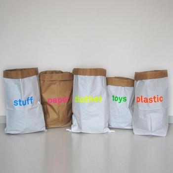 カラフルなロゴが可愛いペーパーバッグ。シンプルでナチュラルなデザインに鮮やかなネオンカラーが際立ちます。