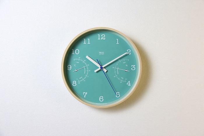 温度計がついた壁掛け時計。きれいなエメラルドグリーンがお部屋のアクセントに。