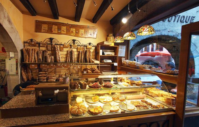 外はパリパリ、中はもっちり柔らか♪フランス発祥のパンは、シンプルながら小麦の風味をしっかり楽しめるとあって、パン好きさんの間で大人気!