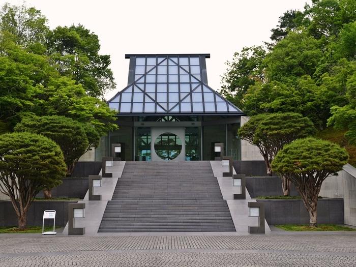 コレクションは、日本はもちろんのこと、エジプト、東・南アジア、西・中央アジア、ギリシア、ローマ、中国など世界の古代美術を集め見ごたえのあるものです。設計は、ルーヴル美術館ガラスのピラミッドなどをてがけたI.M.ペイ氏です。