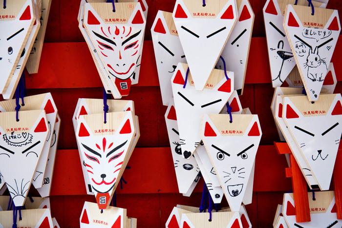 キツネの形の絵馬は、全国に3万社以上ある稲荷神社の総本宮「伏見稲荷大社(ふしみいなりたいしゃ)」のもの。商売繁盛や五穀豊穣の神様として信仰をあつめ、初詣の参拝者数は毎年三が日で250万人以上にも上るのだとか。