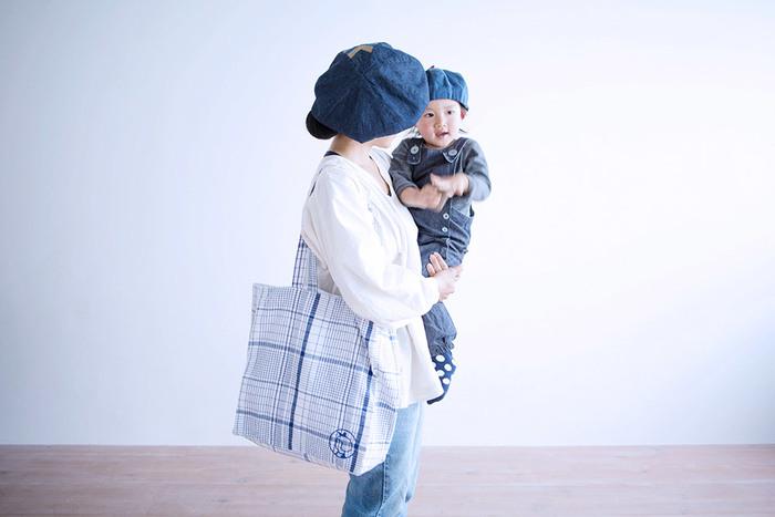 リネン素材のトートバッグは柔らかな質感で、バッグに忍ばせるのにも重宝しそう。爽やかなブルーが素敵です。