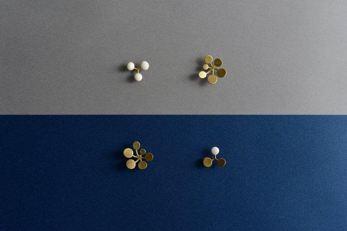 植物の繊細な生命力と美しさを宿した、愛らしく可憐なブローチ。小さくて丸い葉が特徴的な多年草「ジシバリ(イワニガナの別名)」をモチーフにした作品です。時とともに味わいを増す真鍮素材、真鍮に白い樹脂をあしらった上品なデザイン、優しい光沢を放つシルバーを使用した3種類のブローチを展開しています。