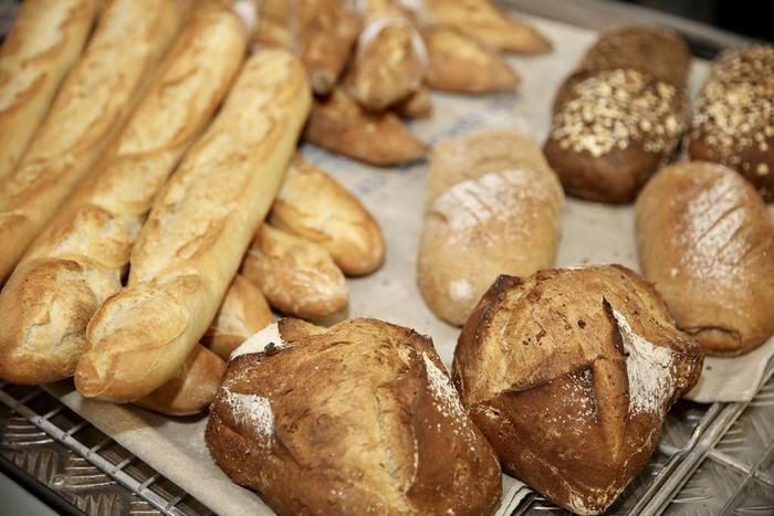そんなフランスパンにはさまざまな種類がありますが、実は基本的にどれも生地は同じ。大きさや成形で種類が分かれ、それが食感や風味の違いにつながるんです。ではそれぞれの特徴を詳しく見ていきましょう。