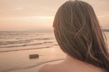 二つ目は、肌や髪の毛の乾燥です。冬になると肌や髪がカサつくという人は多いのではないでしょうか?それは、水分は乾いている方に向かって移動する性質があるため、空気が乾燥する冬は肌や髪に含まれている水分が空気中に逃げてしまうからなのです。
