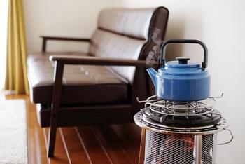 続いては、使う暖房器具の工夫です。 エアコンは乾燥してしまうから使いたくない…という場合は石油ストーブを使いましょう。石油ストーブは石油を燃焼する際、水が発生するため、加湿効果があるのです。石油ストーブ上の天板にはやかんを置くことができるので、石油ストーブの上でお湯を沸かすとより空気が潤いますよ。