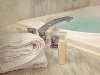 最後は、毎日のお風呂上りにできる小ワザです。お風呂から上がったら、換気扇をつけずにそのまま浴室のドアを開けっ放しにしておきましょう◎。浴室にこもった湯気が、脱衣所やリビングに届くことで加湿効果があります。