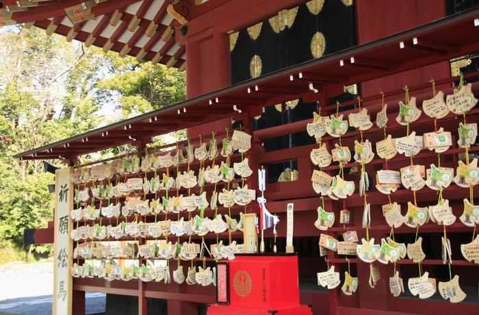ユラユラとゆれるイチョウの葉の形がかわいい「大いちょう絵馬」は、「大銀杏」で有名な「鶴岡八幡宮(つるがおかはちまんぐう)」のもの。樹齢1000年ともいわれていたご神木でしたが、2010年3月に強風のため倒木しました。