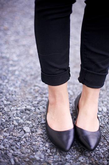 洋服と同じくらい重要なのが靴ですよね。服と同じく仕事用と決めてしまう、またはなににでも合わせやすい一足を持っておくととても便利です。