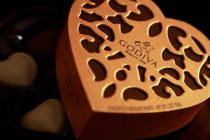 「ゴディバ」といえば、バレンタイン、ホワイトデーで人気のハートボックスやハート缶が有名ですね。 毎年デザインの変わるハートボックスには、物語性のあるイラストが施され、バレンタインシーズンにぴったり。