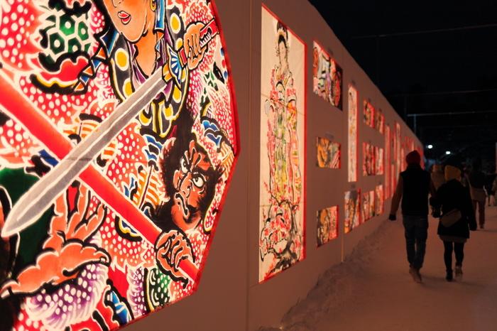 会場はミニカマクラのほか、夏のねぷた祭りに出陣したねぷた絵をはめ込んだ雪燈籠が立ち並び、回廊となっています。夏の夜空を赤く染めたねぷた絵が、今度は厳しい冬にあたたかさを与えてくれます。