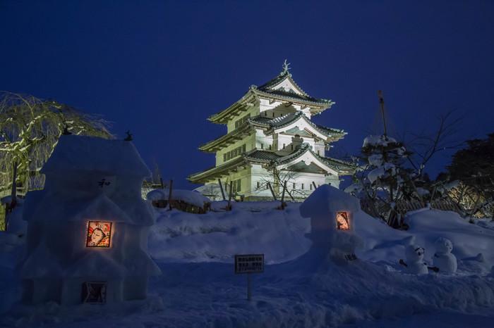 一つ目は、2月に弘前市で行われる「弘前城雪燈籠まつり」です。弘前城は美しい桜が有名ですが、冬のお祭りではまた別な表情を見せてくれます。真っ白な雪の中でライトアップされる弘前城は、どこか他の季節よりも凛としているような気が。