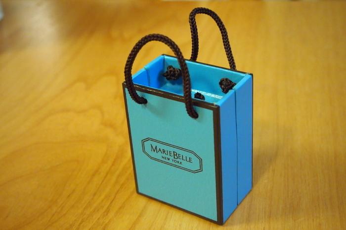 こちらの小さなトートバッグ、チョコレートがちゃんと入ったボックスなんです!
