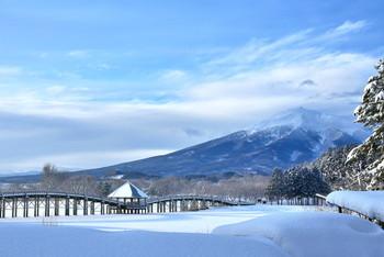 冬になると、橋も岩木山も雪化粧。周囲も一面真っ白な銀世界になります。日中の風景ももちろん美しいのですが、特に夕暮れと朝焼けは絶景です。