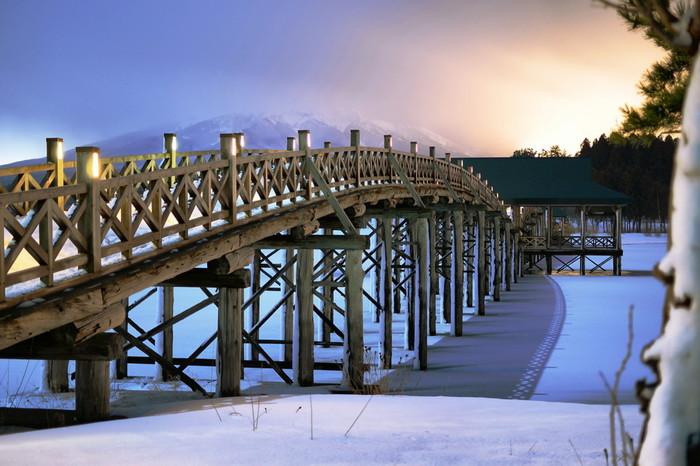 こちらは夕暮れの一枚。橋にかかる夕焼けが美しく、思わず息をのんでしまいますね。