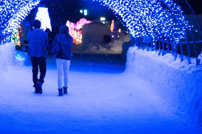 こちらは十和田湖冬物語で設置されたイルミネーションのトンネル。ロマンチックな雰囲気に浸れそうですね。 例年、会場に美しくあふれるイルミネーションのほか、澄んだ夜空に打ちあがる花火、ゆきあかり横丁、グリューワインなど、さまざまなイベントを楽しむことができます。
