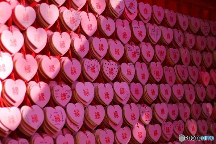 かわいいピンクのハートの絵馬は「三光稲荷神社(さんこういなりじんじゃ)」の境内にある「姫亀神社(ひめきじんじゃ)」のもの。男女良縁、家内円満、夫婦和合に御利益があるといわれています。