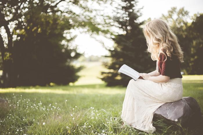 """ヨガの経典「ヨーガ・スートラ」には、""""八支則(はっしそく)=ヨガを深めるための8つのステップ""""が書かれています。その中に最初に出てくる2つ「ヤマ」「ニヤマ」には、日常生活の指針が説かれており、現代の私達が生きる上でのヒントがたくさん詰まっています。"""